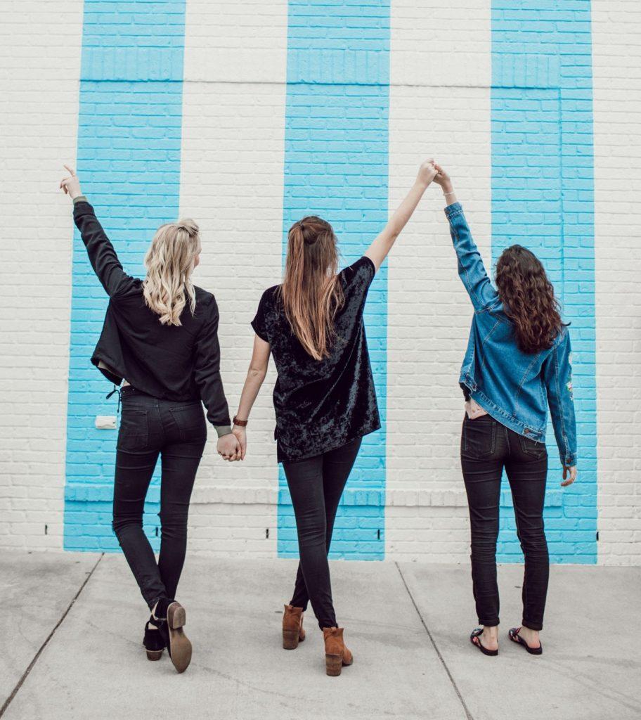スタイルの良い女性3人